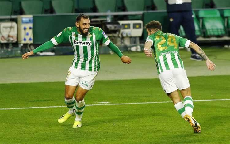 Pemain Real Betis Borja Iglesias merayakan gol ke gawang Barcelona di Estadio Benito Villamarin, Sevilla, Spanyol. Pada 8 Maret 2021, Iglesias kembali menjadi bintang lapangan setelah menciptakan dua gol untuk Betis saat menang 3-2 melawan Alaves