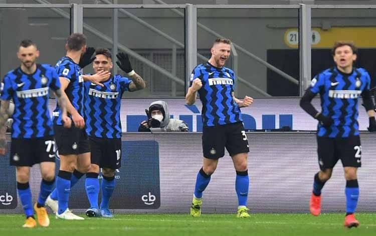 Milan Skriniar sang bek Inter Milan merayakan gol semata wayang timnya yang sudah cukup mengalahkan Atalanta di San Siro, Milan, Italia, 8 Maret 2021