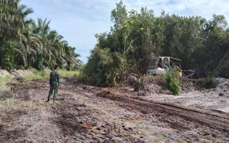 Pembukaan jalan di Desa Lalang pada TMMD imbangan Kodim 1014 Pangkalan Bun