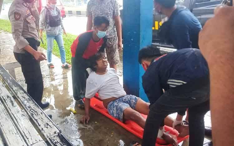 Anggota Polsek Pahandut bersama Emergency Respon Palangka Raya saat mengevakuasi pria itu ke RS Doris Sylvanus.