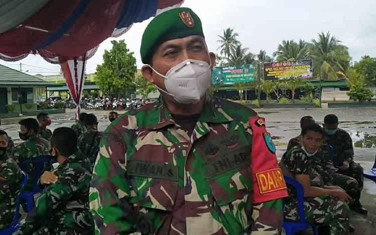 Personel Kodim 1011 Kuala Kapuas, Kapten Inf I Made Iwan S seusai menerima vaksin covid-19 dosis pertama pada Selasa, 9 Maret 2021.