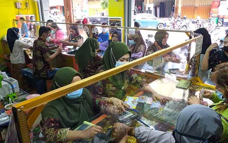 Sejumlah warga saat melakukan proses jual beli emas di Toko Mitra Baru, PPM Sampit.