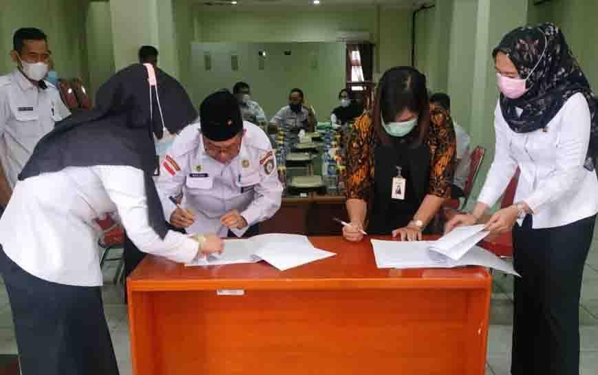 Kepala Bapeda Kotim Marjuki bersama pihak bank plat merah saat menandatangani kerjasama.