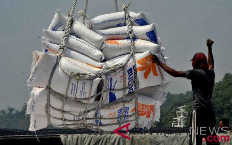 Pekerja menurunkan beras impor asal Vietnam dari kapal di Pelabuhan Indah Kiat, Merak, Cilegon, Banten. (Foto : Antara)