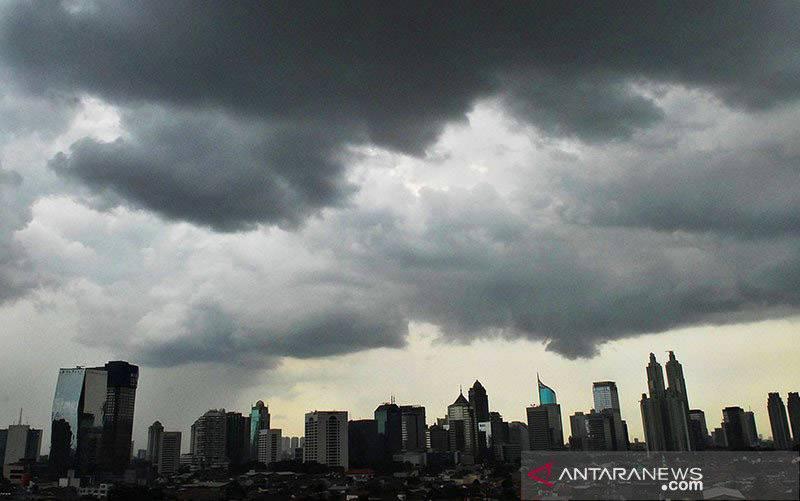 Cuaca ibukota Jakarta diselimuti awan hitam mendung yang berpotensi hujan. (foto : ANTARA FOTO/Andika Wahyu)