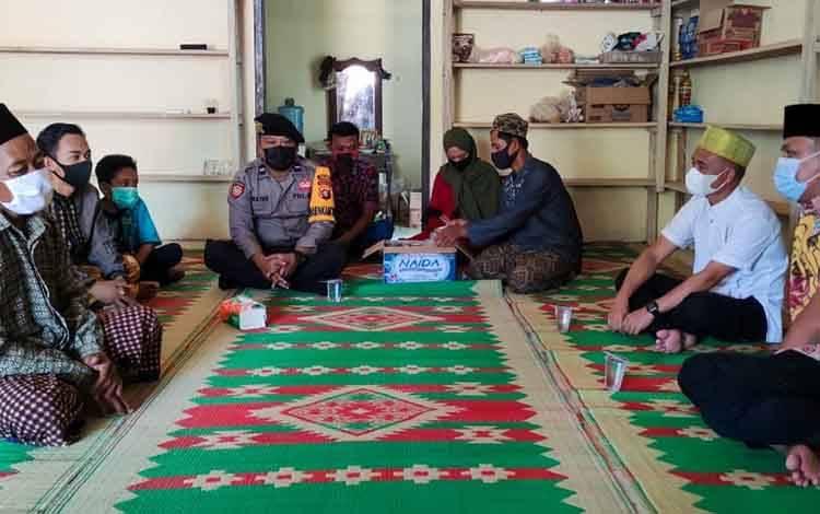 Bupati Hendra Lesmana didampingi Sekda Muhamad Irwansyah saat melayat keluarga duka di Desa Beruta, Jumat 13 Maret 2021