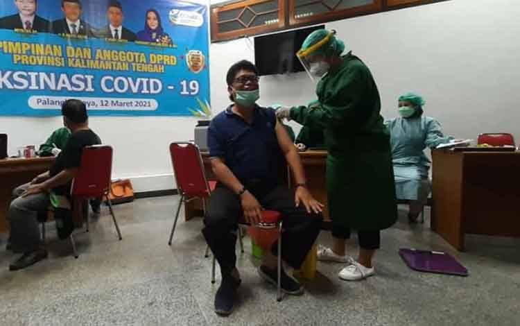 Legislator Kalteng, Sriosako saat disuntik vaksin Covid-19.