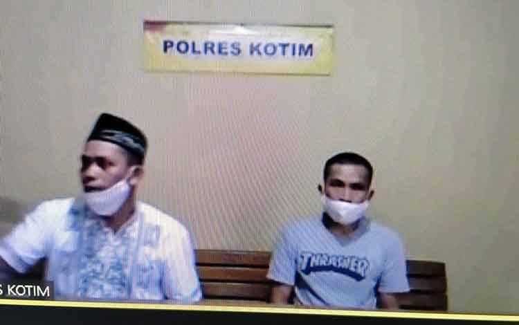 Sapari, terdakwa pencurian ponsel dan Sugeng, penadah ponsel curian.