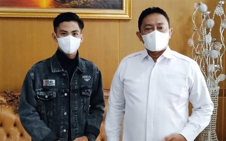 Bupati Pulang Pisau H Edy Pratowo bersama Muhammad Faisal, pemuda asal Maliku, Kabupaten Pulang Pisau, peserta LIDA 2021.