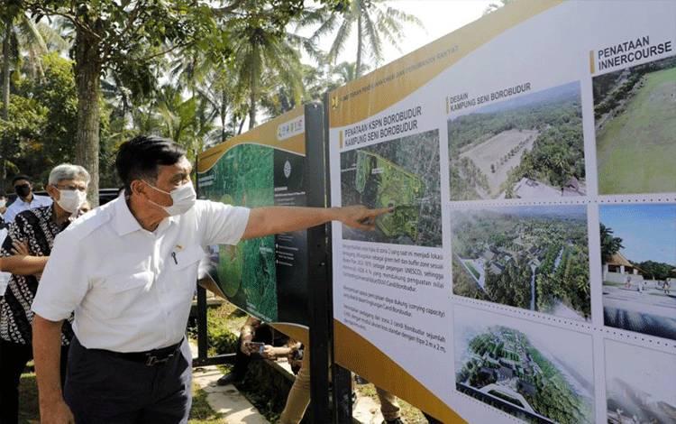Menko Kemaritiman dan Investasi Luhut Binsar Pandjaitan dalam kunjungan kerjanya ke Destinasi Pariwisata Super Prioritas Borobudur. (ANTARA/HO Kemenko Kemaritiman dan Investasi)