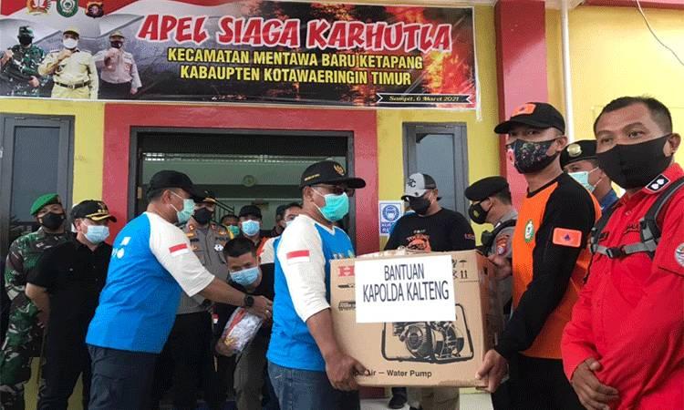 Wakil Gubernur Kalimantan Tengah (Kalteng) saat menyerahkan bantuan berupa mesin penyedot air untuk memadamkan Karhutla.