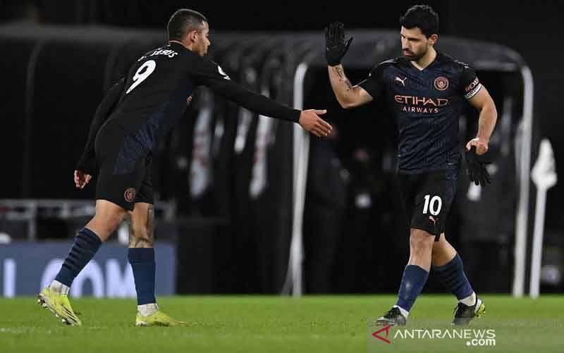 Penyerang Manchester City Sergio Aguero (kanan) melakukan selebrasi bersama Gabriel Jesus seusai mencetak gol ke gawang Fulham dalam lanjutan Liga Inggris di Stadion Craven Cottage, London, Inggris, Sabtu (13/3/2021) waktu setempat. (foto : ANTARA/REUTERS/POOL/Justin Setterfield)