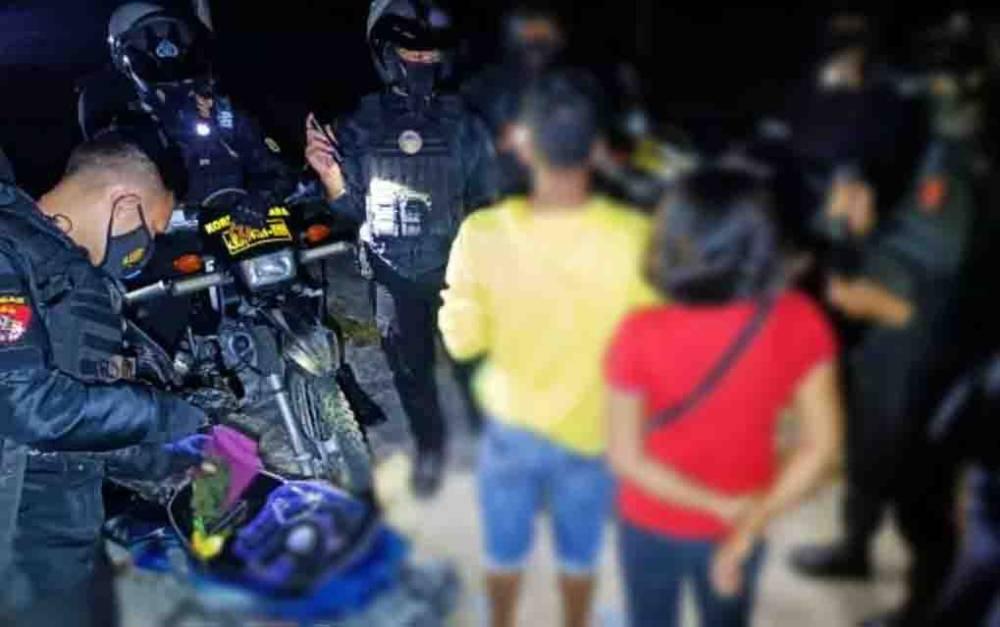 Anggota Raimas Ditsamapta Polda Kalteng saat mengamankan sepasang pria dan wanita dari lapangan Sanaman Mantikei.