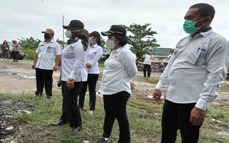 Camat MB Ketapang, Sutimin, Ketua DPRD Kotim Rinie Anderson, Wakil Bupati Kotim, Irawati dan Plt Kasatpol PP RW Sujarwo saat membongkar warung remang