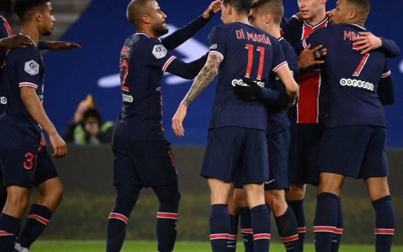 Gelandang Paris Saint-Germain asal Jerman, Julian Draxler (kedua dari kanan) merayakan golnya bersama rekan-rekan satu tim dalam pertandingan Liga Prancis melawan Nantes di Stadion Parc des Princes di Paris pada 14 Maret 2021. (foto : AFP/FRANCK FIFE)