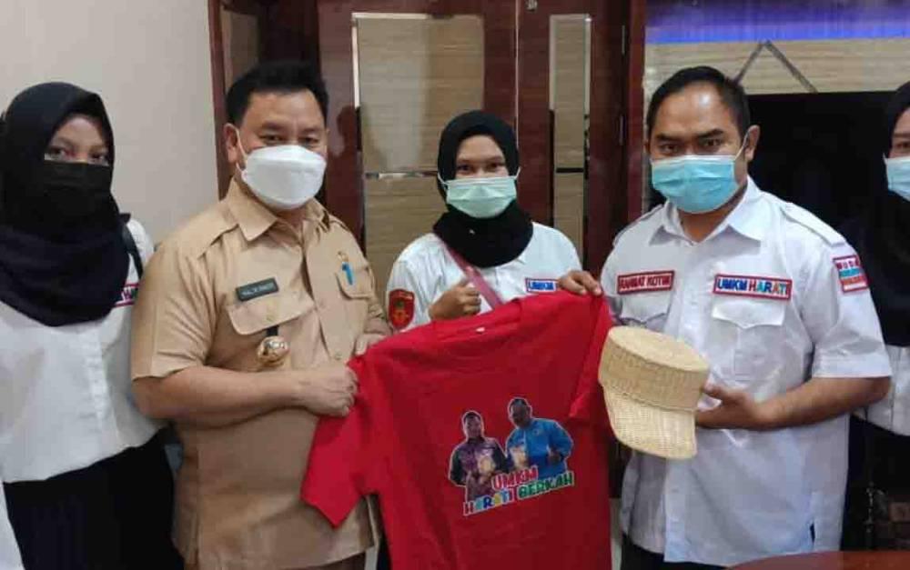 Bupati Kotim Halikinnor saat mendapat kunjungan dari Ketua UMKM Harati Berkah Rahmat Noor