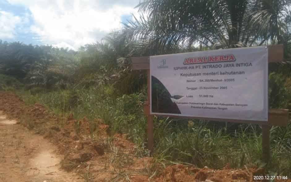 Pemberitahuan areal kerja PT Intrado Jaya Intiga yang dipasang di lahan yang digarap PT BJAP 3 di Kabupaten Seruyan, Kalteng. (foto : dok Borneonews)