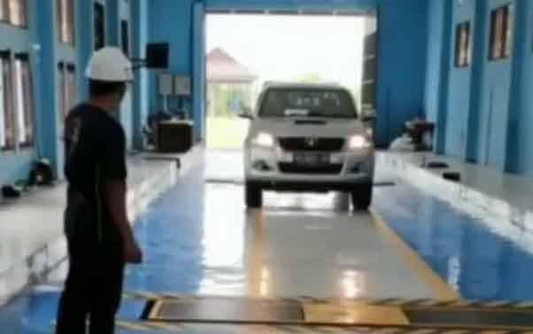 Petugas Dinas Perhubungan Palangka Raya saat melaksanakan uji KIR.
