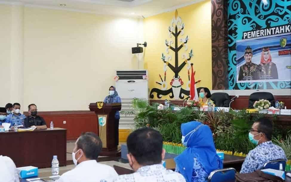 Sekda Kota Palangka Raya, Hera Nugrahayu memimpin rapat koordinasi Forum Tanggung Jawab Sosial Lingkungan Perusahaan.