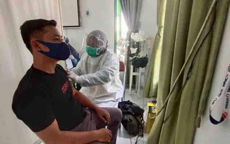 Danang, wartawan Borneonews saat mendapatkan  vaksinasi covid-19 yang dilakukan di Kabupaten Kobar