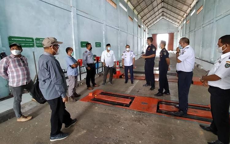 Rombongan Komisi II DPRD Seruyan saat melihat peralatan uji kendaraan bermotor