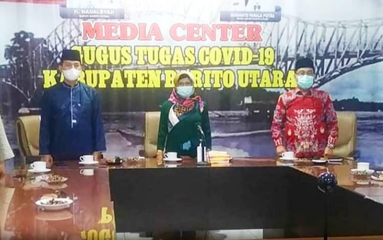 Asisten sekda bidang pemerintahan, Hj Siti Nornah bersama   Kepala Kemenag Barito Utara, Kepala Dinas Kesehatan dan undangan terkait lainya saat mengikuti  kegiatan doa bersama lintas agama secara virtual, Jumat 19 Maret 2021.