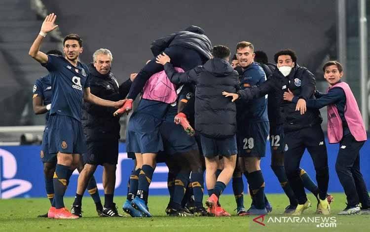 Para pemain dan staf pelatih Porto melakukan selebrasi setelah Sergio Oliveira mencetak gol kedua mereka ke gawang Juventus dalam leg kedua 16 besar Liga Champions di Stadion Allianz, Turin, Italia, Selasa (9/3/2021)