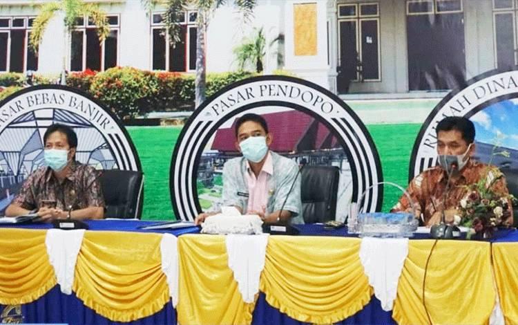 Asisten Setda Bidang Perekonomian dan Pembangunan Barito Utara H Rakhmat Muratni saat memimpin rapat terkait ketersediaan lahan area Food Estate yang dicanangkan oleh Pemerintah Pusat.