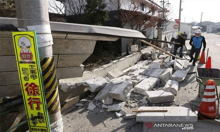 Ilustrasi: Petugas membersihkan dinding yang runtuh akibat gempa bumi yang kuat di Kunimi, Prefektur Fukushima, Jepang, Minggu (14/2/2021), dalam foto ini diambil oleh Kyodo. Gempa bumi tektonik dengan kekuatan magnitudo 7,3 yang berpusat di kedalaman 60 km di Perairan Fukushima itu terjadi pada Sabtu (13/2/2021) malam.