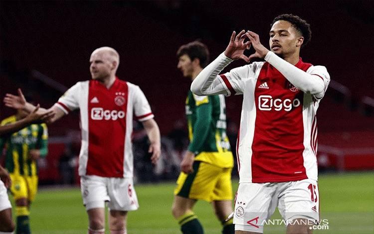 Bek Ajax Devyne Rensch (kanan) merayakan golnya ke gawang ADO Den Haag dalam lanjutan Liga Belanda di Stadion Johan Cruijff Arena, Amsterdam, Belanda, Minggu (21/3/2021) waktu setempat. (ANTARA/AFP/ANP/Maurice van Steen)