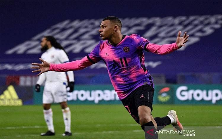 Bintang Paris Saint-Germain Kylian Mbappe merayakan gol keduanya ke gawang Olympique Lyon dalam lanjutan Liga Prancis di Stadion Groupama, Lyon, Prancis, Minggu (21/3/2021) waktu setempat. (ANTARA/AFP/Jeff Pachoud)