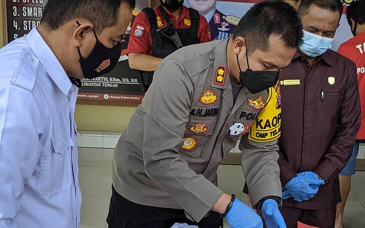 Kapolres Kotim AKBP Abdoel Harris Jakin saat pemusnahan barang bukti sabu, belum lama tadi.