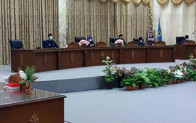 Wakil Bupati Barito Utara Sugianto Panala Putra mengikuti sidang Paripurna penyampaian pidato bupati mengenai dua buah Raperda Senin 22 Maret 2021