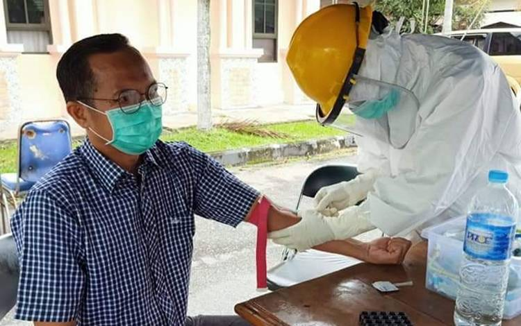 Ketua Komisi C DPRD Kota Palangka Raya, Beta Syailendra saat pemeriksaan kesehatan