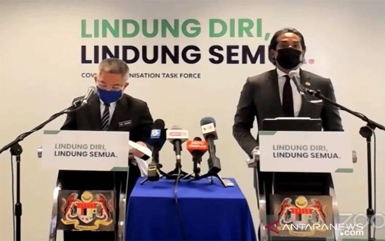 Menteri Kesehatan Malaysia Dr Adham Baba (kiri) pada acara jumpa pers mingguan program imunisasi COVID-19 kebangsaan  di Putrajaya, Senin, (22/3/2021), dengan didampingi oleh Menteri Kementerian Sains, Teknologi. dan Inovasi (MOSTI) YB Khairy Jamaluddin. ANTARA Foto/Agus Setiawan/tm