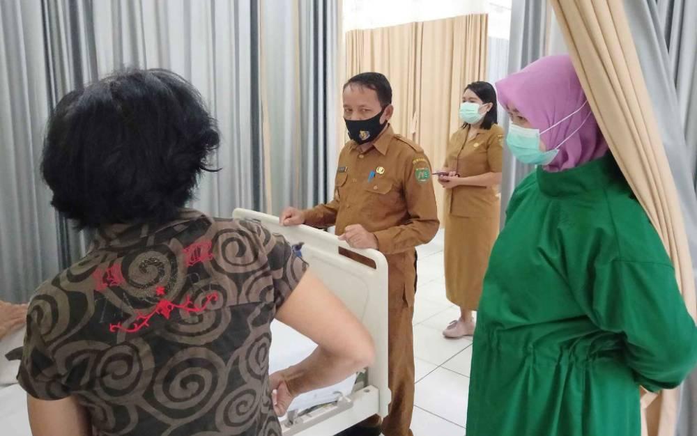 Wakil Bupati Barito Timur, Habib Said Abdul Saleh saat menyapa pasien di RSUD Tamiang Layang, Selasa, 23 Maret 2021.