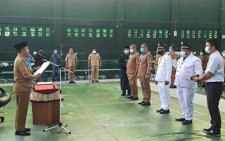 Bupati Seruyan, Yulhaidir saat mengambil sumpah janji jabatan lingkungan pemkab, Selasa, 23 Maret 2021.
