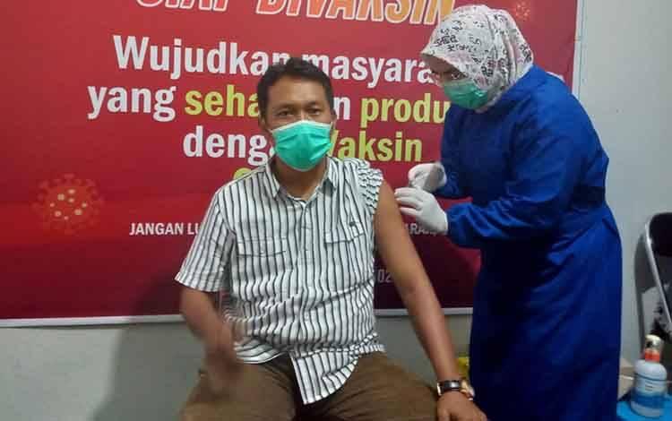 Ketua PWI Seruyan M Yadi saat menjalani vaksinasi dosis kedua, Selasa, 23 Maret 2021.