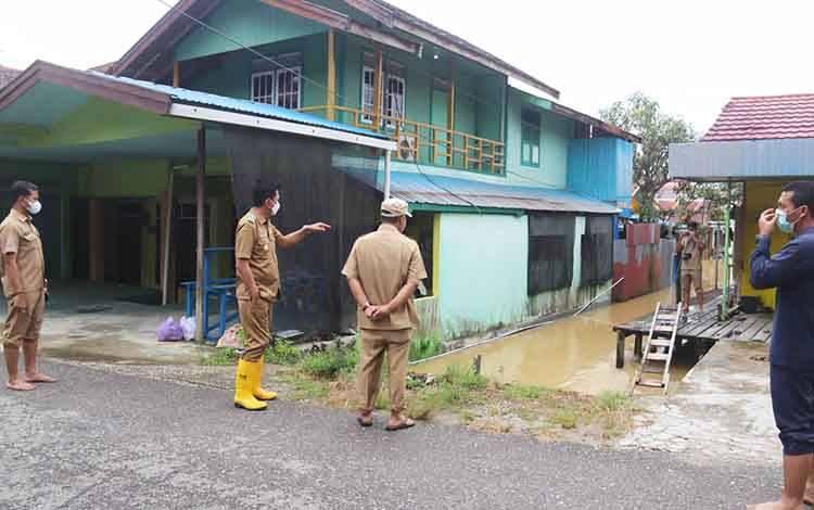 Bupati barito Utara, Nadalsyah meninjau lokasi yang terkena banjir luapan Sungai Bengaris, Selasa 23 Maret 2021