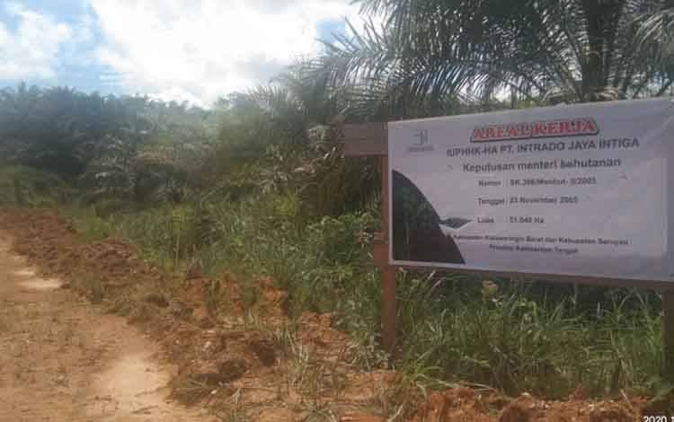 Pemberitahuan areal kerja PT Intrado Jaya Intiga yang dipasang di lahan yang digarap PT BJAP 3 di Kecamatan Seruyan Tengah, Kabupaten Seruyan, Kalteng.