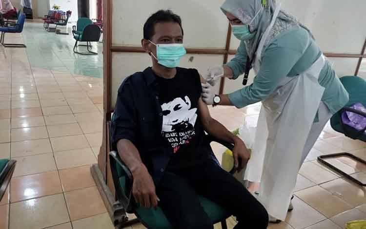 Wartawan di Kabupaten Kapuas jalani vaksinasi covid-19 dosis kedua Rabu, 10 Maret 2021.