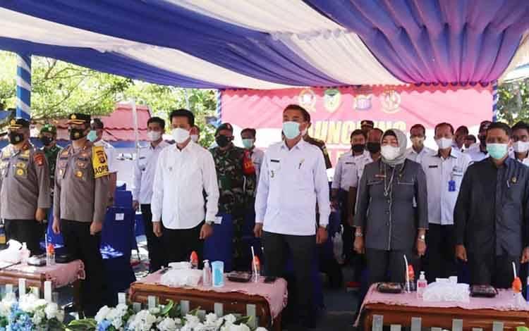 Bupati Barito Utara, H Nadalsyah didampingi Wakil Bupati, Sugianto Panala Putra bersama unsur FKPD saat mengikuti rakor persiapan pembentukan Pemberlakuan Pembatasan Kegiatan Masyarakat (PPKM) Berbasis Mikro di halaman Kantor Kelurahan Melayu, Rabu 24 Maret 2021