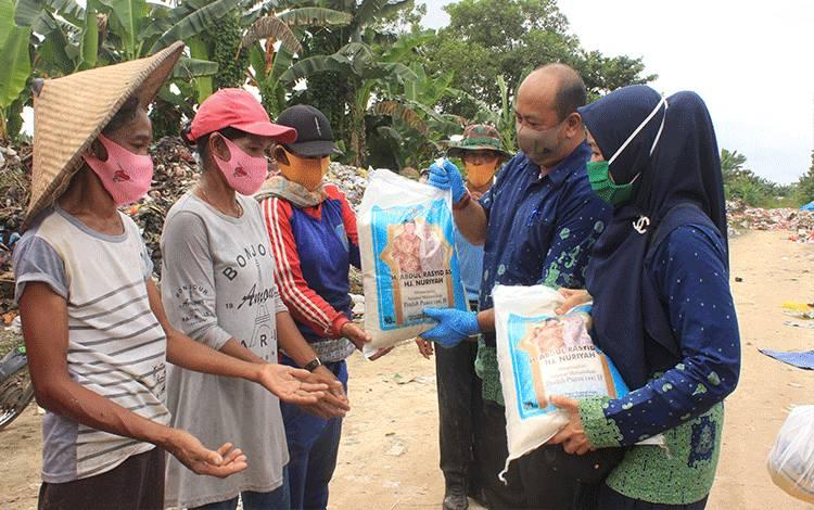 Penyerahan bantuan beras kepada pekerja sawit dari pengusaha perkebunan kepala sawit Kalteng, H Abdul Rasyid.