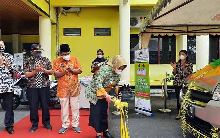 Bupati Kobar, Nurhidayah memotong pita tanda diresmikannya Mobil Kas Keliling BPR Marunting Sejahtera, Kamis, 25 Maret 2021.