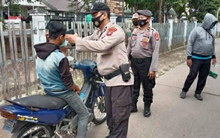 Personel Polsek K Murung saat menggelar operasi yustisi penerapan protokol kesehatan, Kamis 25 Maret 2021