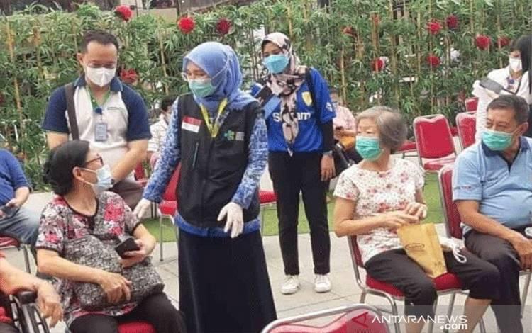 ILUSTRASI - Pelaksanaan vaksinasi lansia di Distrik 1 Meikarta, Desa Cibatu, Kecamatan Cikarang Selatan pada Rabu (17/3/2021). (FOTO ANTARA/Pradita Kurniawan Syah)