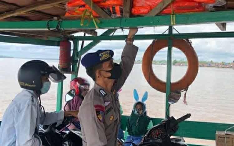 Personel Satpolair Polres Kapuas mengcek kelengkapan alat keselanatan feri penyeberangan, Jumat 26 Maret 2021