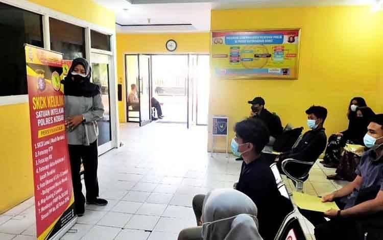 Petugas layanan Satintelkam Polres Kobar memberikan sosialisasi program SKCK Keliling, Jumat, 26 Maret 2021.