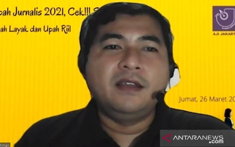Tangkapan layar Ketua Divisi Serikat Pekerja AJI Jakarta Taufiqurrohman saat memberikan paparan di diskusi virtual tentang upah jurnalis 2021 di Jakarta pada Jumat (26/3/2021). (foto : ANTARA/Prisca Triferna)
