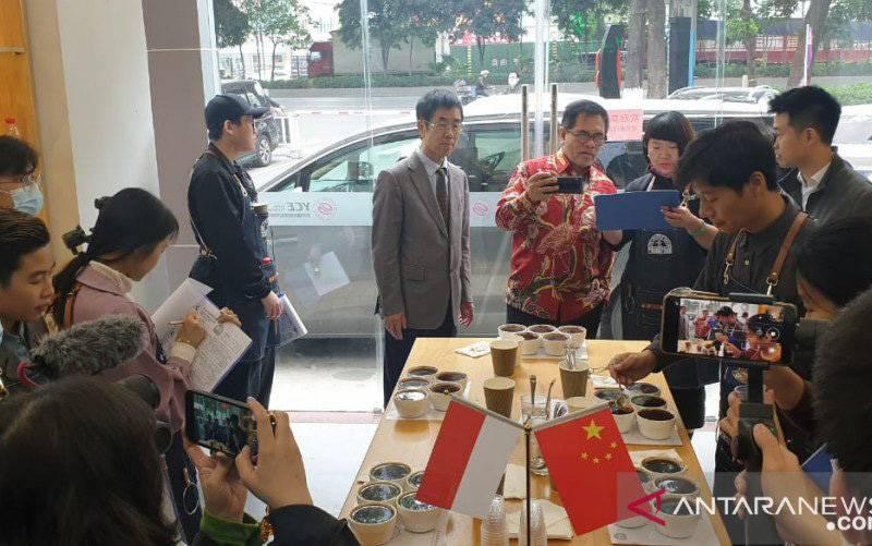 Para pakar penilai kualitas kopi (Q-Grader) sedang menilai kualitas kopi pilihan dari Indonesia di Jinda Coffee & Beverage Center, Guangzhou, China, pada 24 Maret 2021. Tampak Duta Besar RI untuk China Djauhari Oratmangun (baju batik) berdiskusi dengan tim Q-Grader. (foto : ANTARA/HO-BI Beijing/mii)